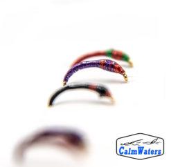 Amettiera da lavarello multicolore, realizzata in filati brillanti ricoperti da resina dotata di riflettente UV, per massimizzare la visibilità in profondità. Una buona varietà di colori diversi su un'amettiera ottima per capire il comportamento del pesce a inizio pescata.