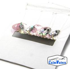 L'amettiera per persico reale Curl Tails Pink unisce una testa glitter argentata a una codina in silicone rosa con riflessi madreperla. Montata su amo dorato del #10.